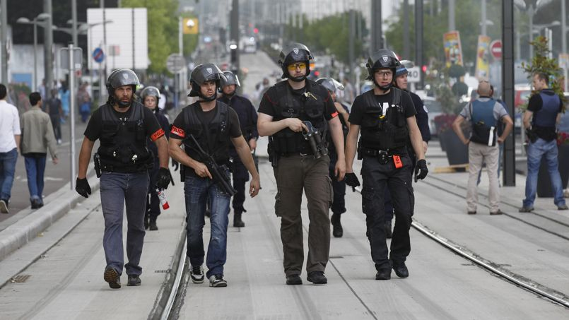 """Des flics en civil de la BAC lors d'une """"mission de maintien de l'ordre"""" classique, où l'usage généreux du flashball, entre autres armes """"non-létales"""", fait partie des habitudes."""