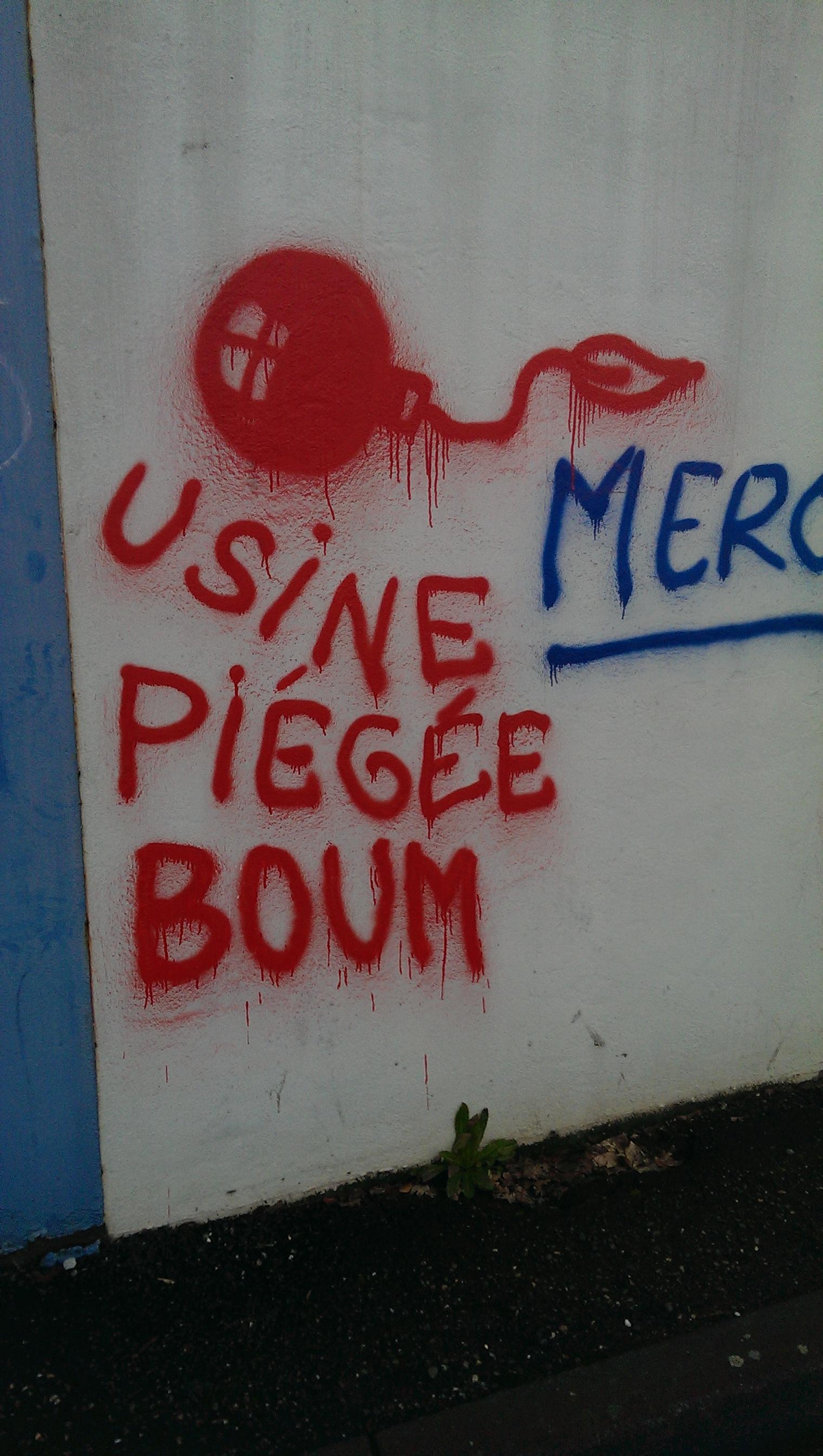 Tag inscrit sur le mur extérieur de l'usine.